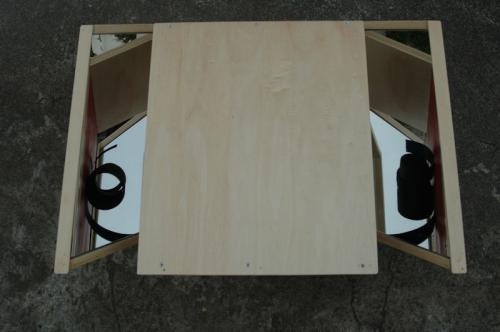 Revérbero XVII, 2010, madeira de choupo, espelho e óleo s/papel, 35 x 57 x 57 cm