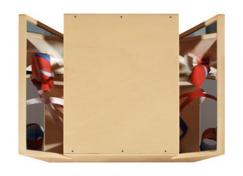 Reverbero III, 2008, madeira de choupo, espelho, spray e óleo s/papel, 36 x 57 x 40 cm